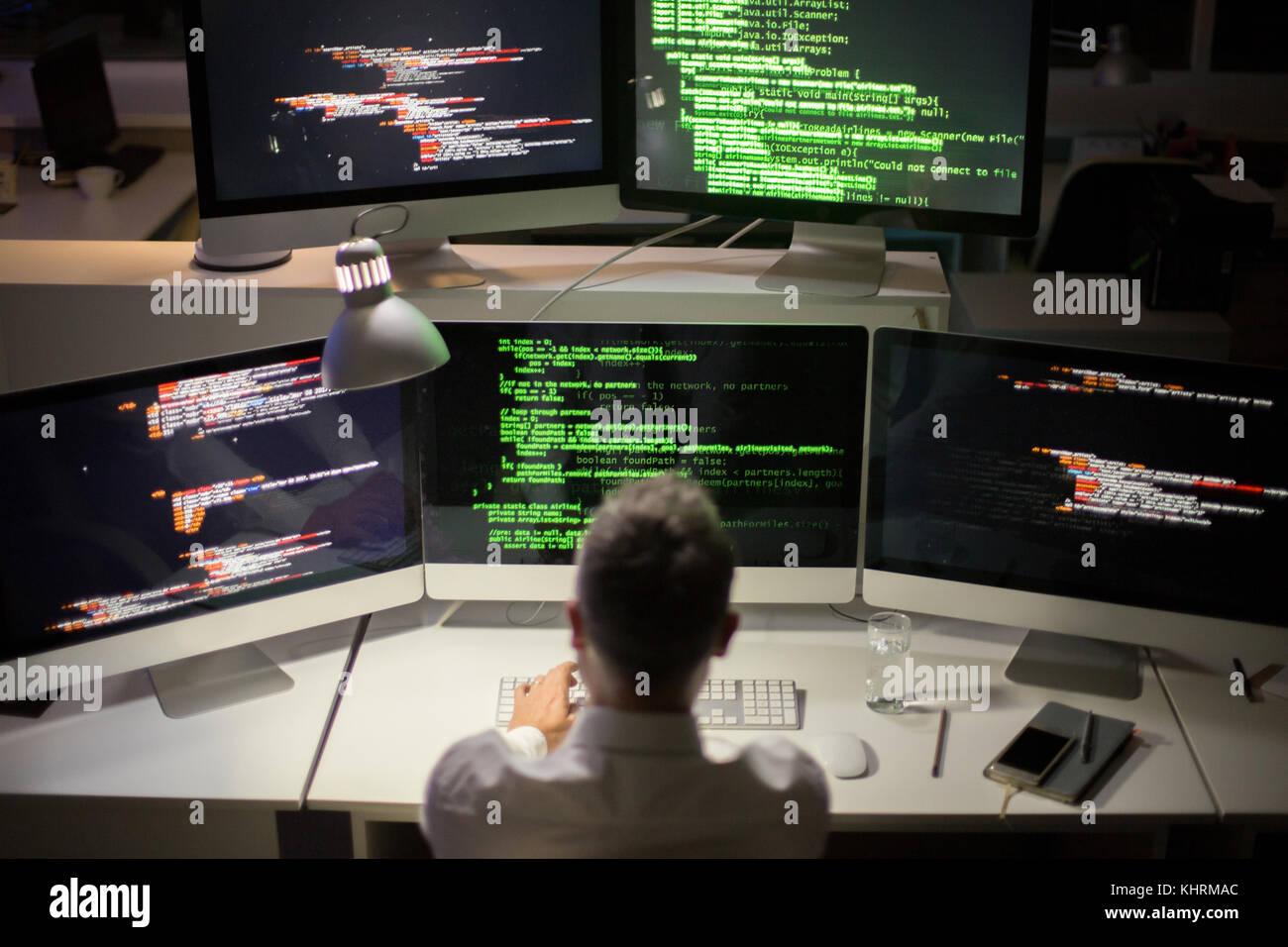 Nicht erkennbare grauhaarige Software Entwickler schreiben Code ...