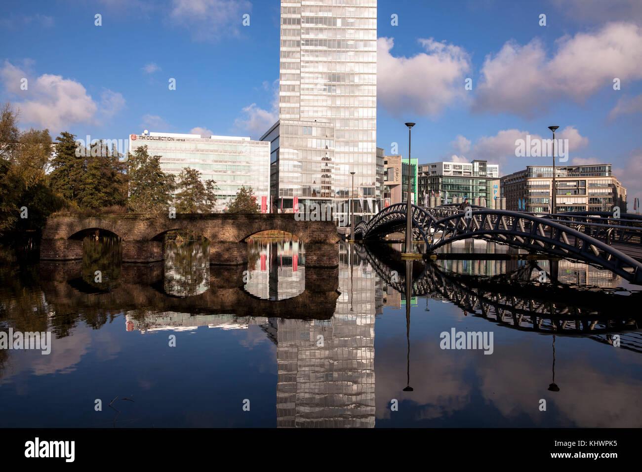 Deutschland, Köln, alte Viadukt, Brücke und die Köln Turm im Mediapark. Deutschland, Koeln, altes Stockbild
