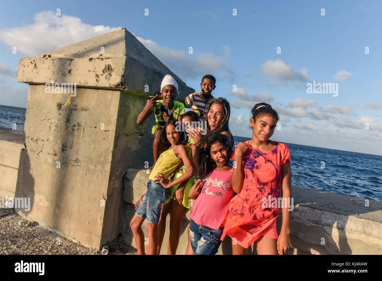Junge Kubaner, Malecon in Havanna Stockbild