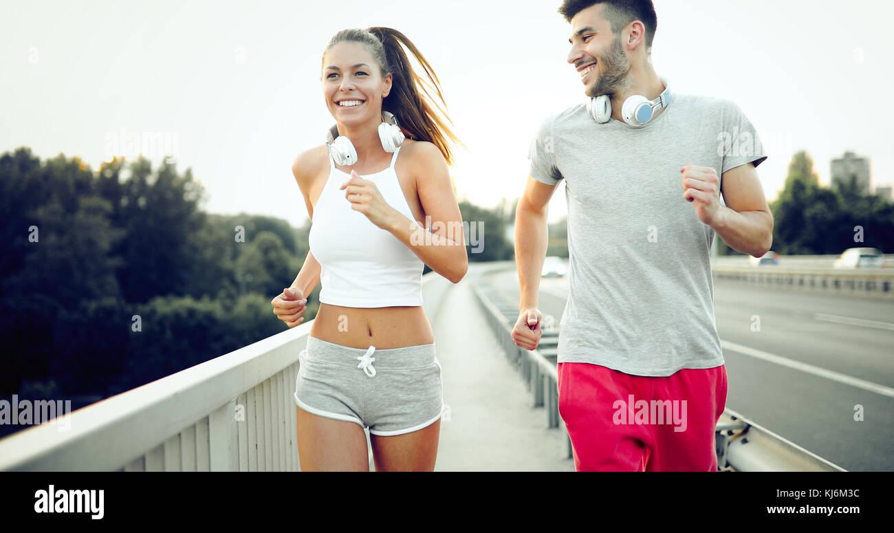 Attraktiver Mann und schöne Frau gemeinsam Joggen Stockbild