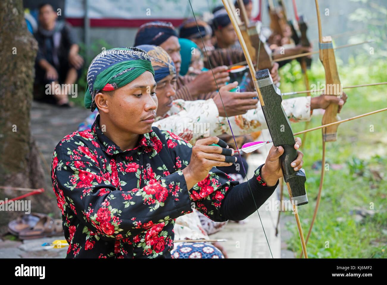 Indonesische Männer üben jemparingan/traditionellen javanischen Bogenschießen Mit Pfeil und Bogen Stockbild