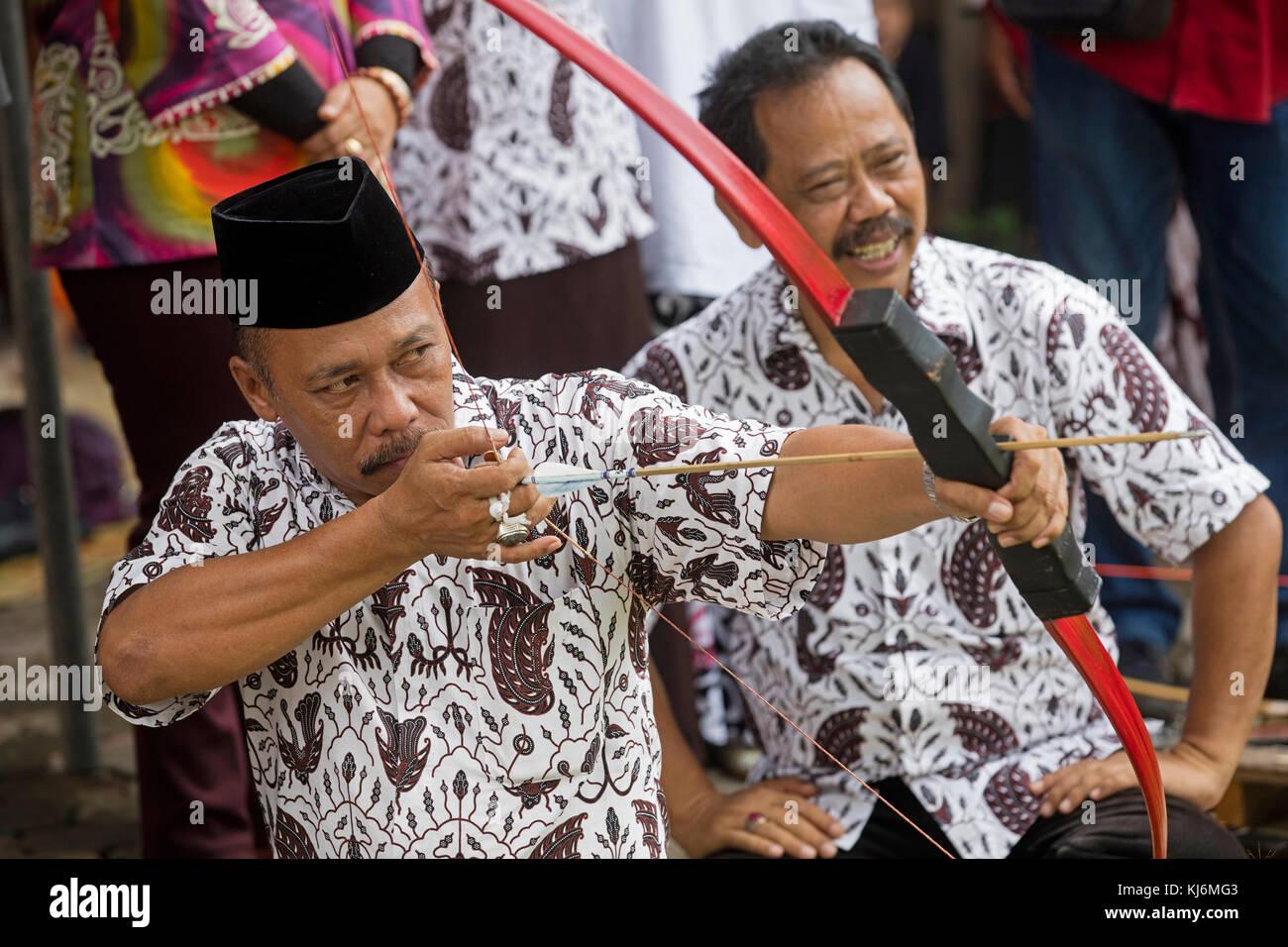 Bürgermeister der Stadt Yogyakarta üben jemparingan/traditionellen javanischen Bogenschießen Mit Stockbild
