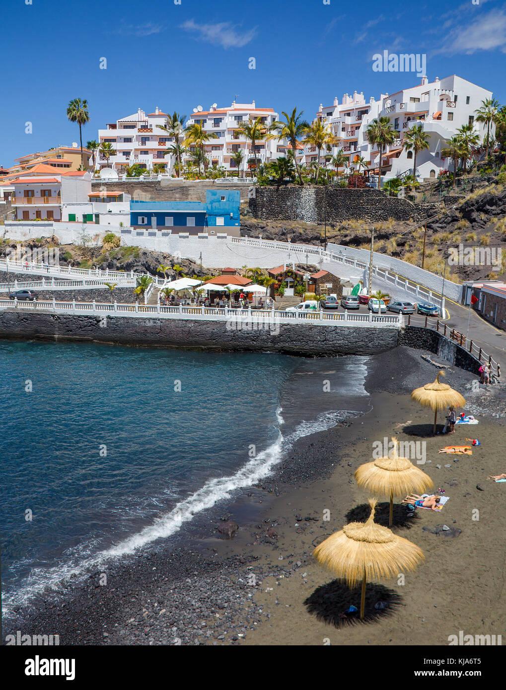 Winzig dunklen Strand (Piscina los chocos) am Dorf Puerto de Santiago, Teneriffa, Kanarische Inseln, Spanien Stockbild