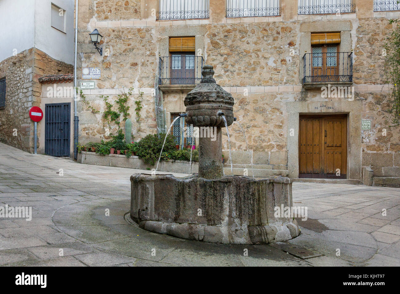 Fuente de Los Cuatro Caños, Brunnen in der Mitte von einem ruhigen, einsamen Platz in garganata la Olla, Extremadura Stockbild