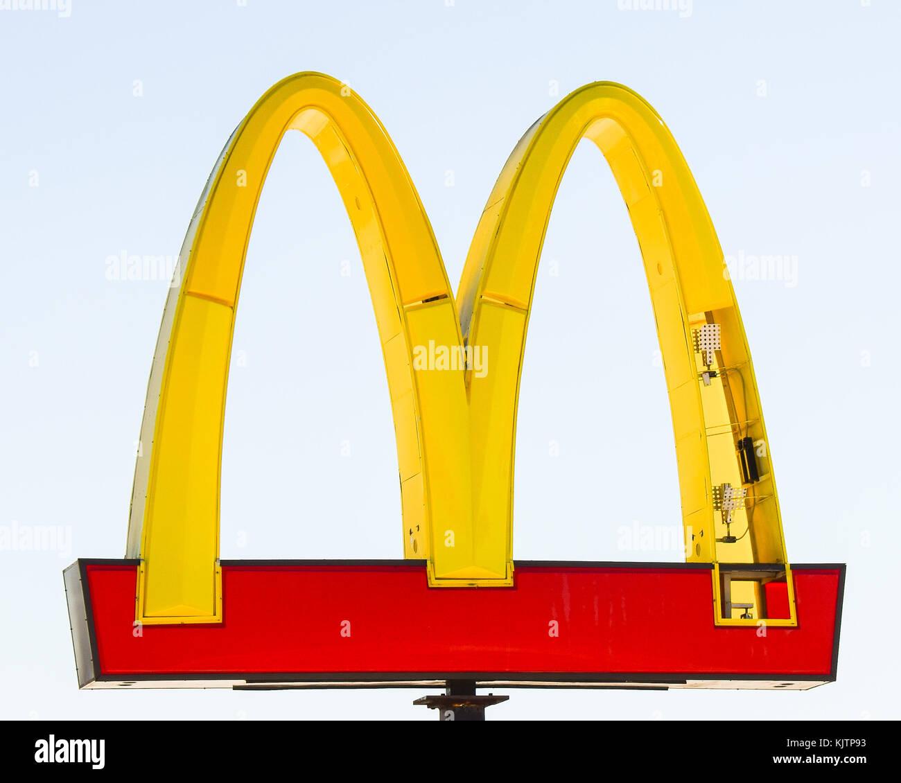 Mcdonald's Iconic Golden Arches mit gebrochenen Platten von einem Sturm. Stockbild