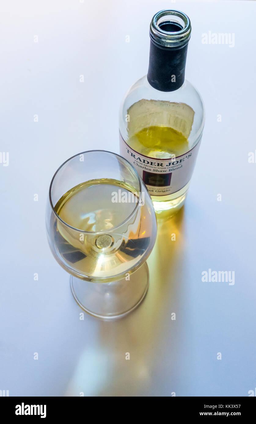 Eine offene Flasche und Glas der Trader Joe Charles Shaw Mischung aus Pinot Grigio - drei - Buck chuck Stockbild
