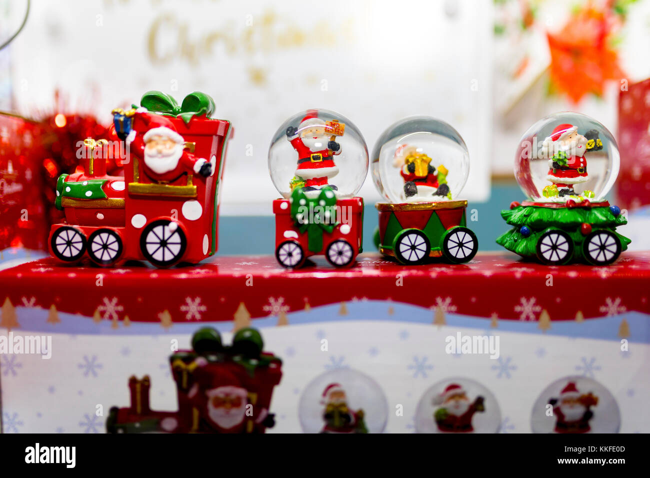 snow globe santa claus christmas stockfotos snow globe santa claus christmas bilder alamy. Black Bedroom Furniture Sets. Home Design Ideas