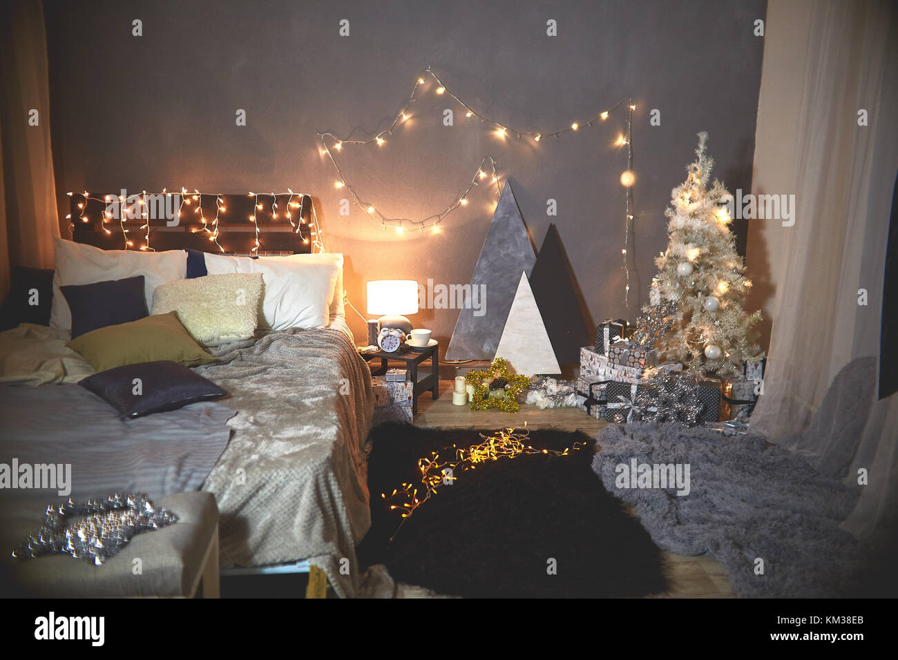 weihnachtsbaum in rosa shabby chic style an der wei en mauer hintergrund vintage und retro. Black Bedroom Furniture Sets. Home Design Ideas
