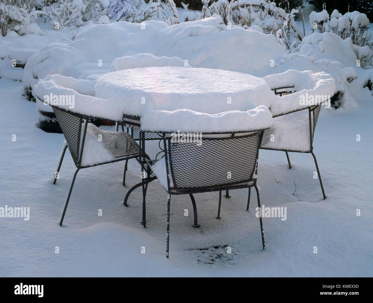 Schwarz Lackiertem Metall Gartentisch Und Stuhlen Links Uber Winter