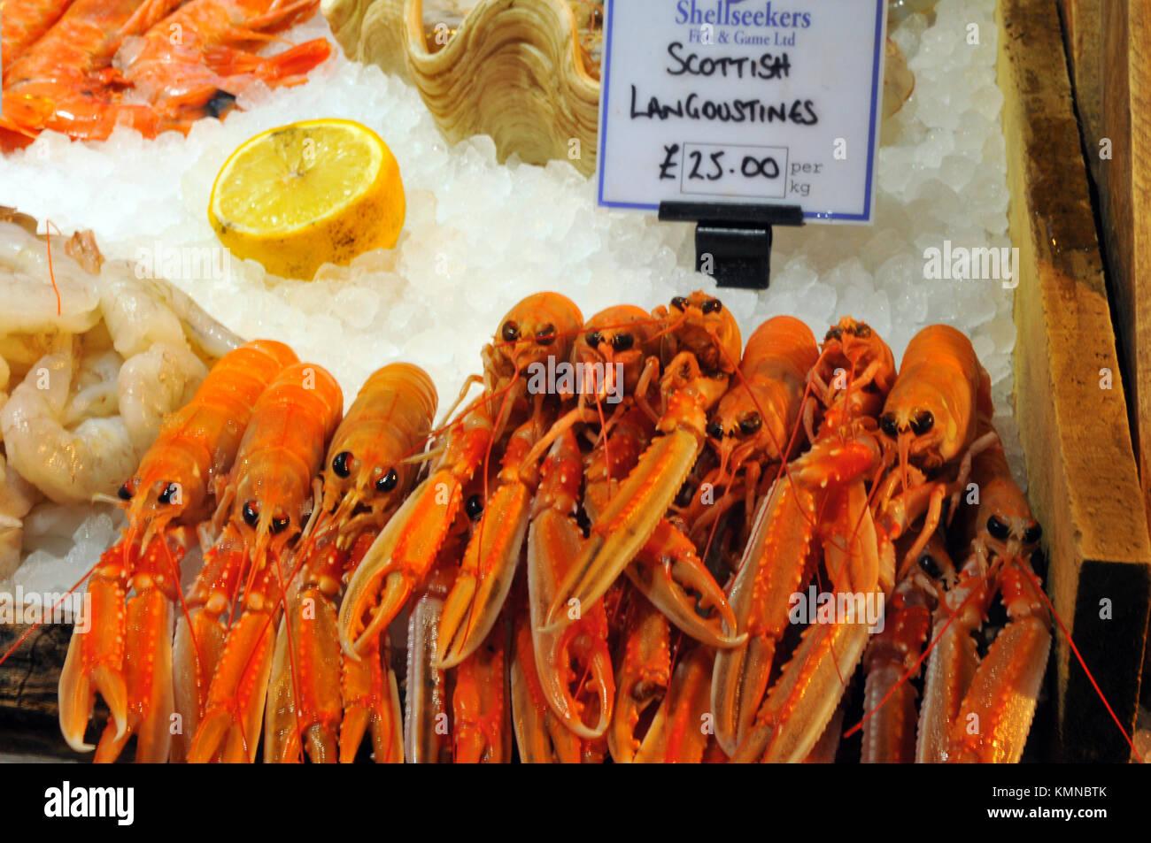 Frischen schottischen Langustinen zum Verkauf auf einem fischhändler in Borough Markt, Southwark, London. Frisches Stockbild