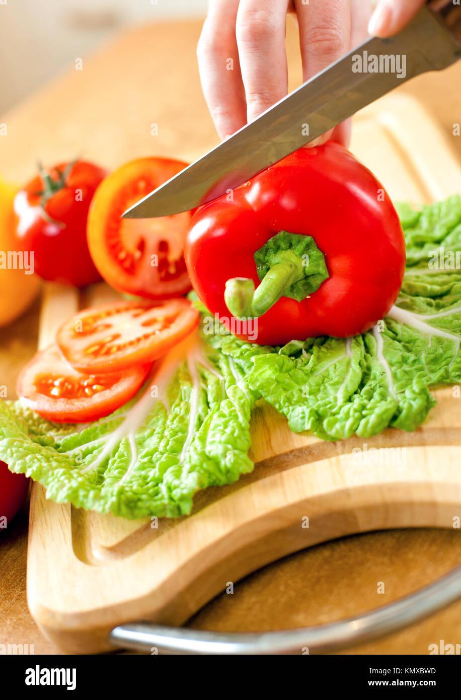frauenhand tomaten paprika hinter frisches gem se schneiden stockfoto bild 167766521 alamy. Black Bedroom Furniture Sets. Home Design Ideas