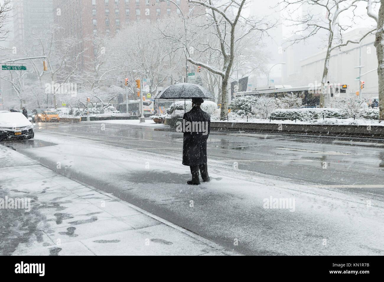 New York, NY - Dezember 9, 2017: Erster Schnee im Winter 2017 in New York ist der Broadway in Manhattan Credit: Stockbild