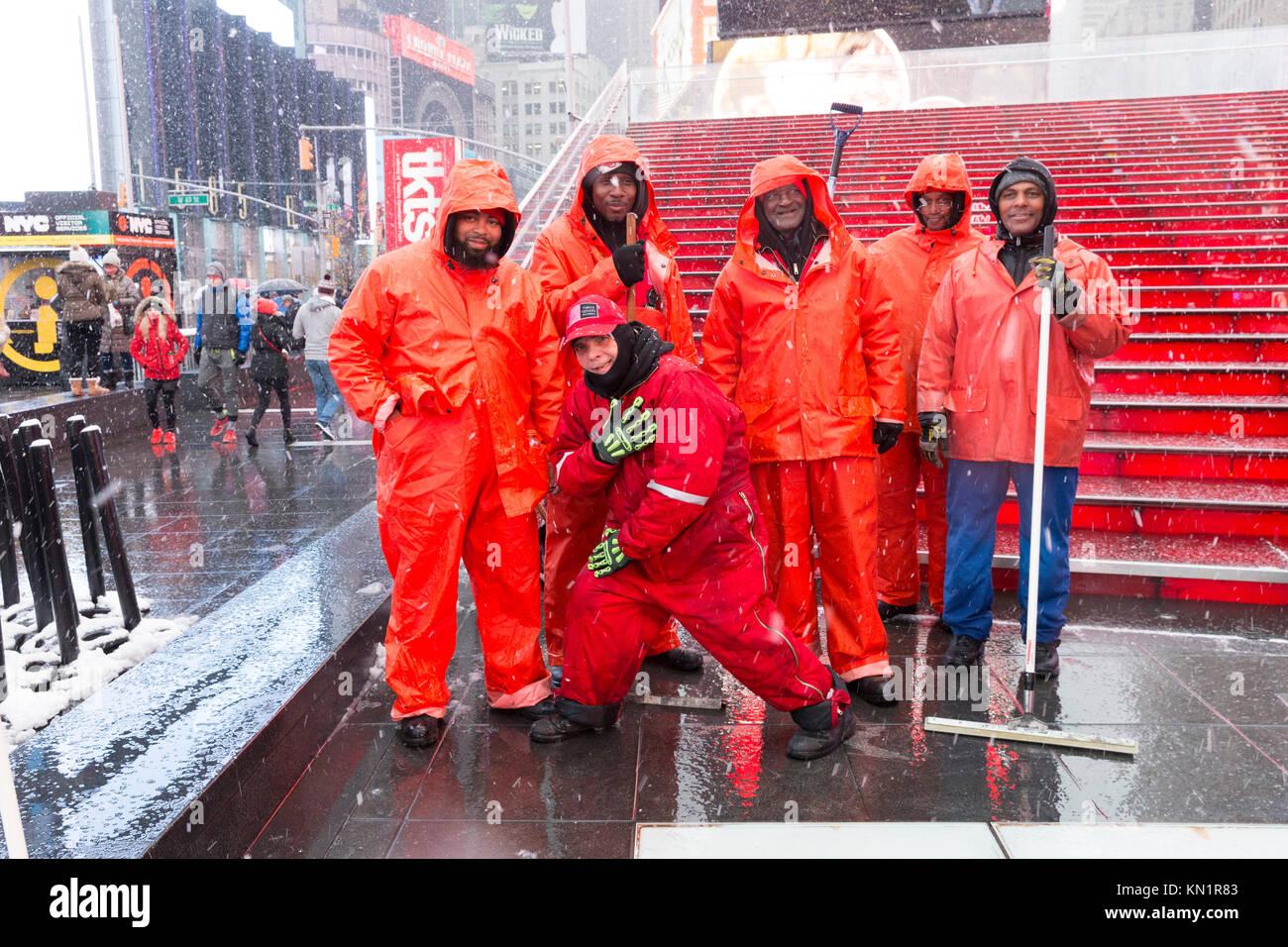 New York, NY - Dezember 9, 2017: Reiniger reinigen Zuschauertribünen auf Times Square von der erste Schnee Stockbild