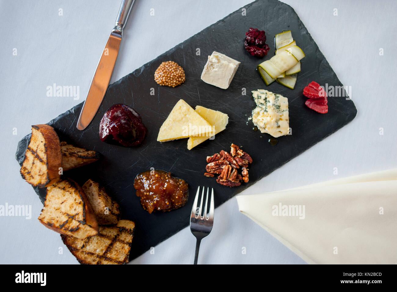 USA Virginia VA Williamsburg Winery Cafe provenzalischen Speisen elegant essen Gemischte Käseplatte mit Toast Stockbild