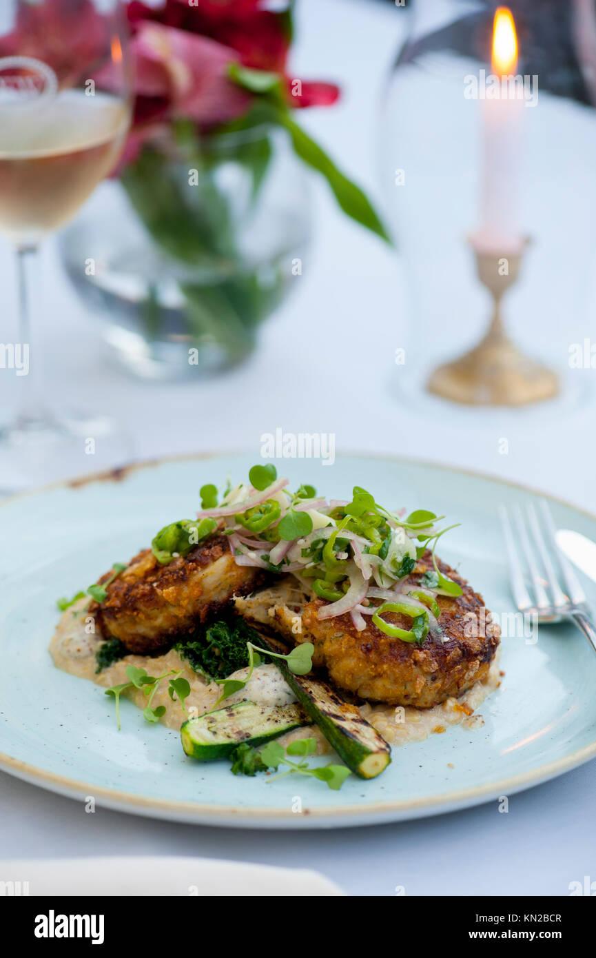 USA Virginia VA Williamsburg Winery Cafe provenzalischen Speisen elegant essen Chesapeake Bay Crab Cakes Stockbild