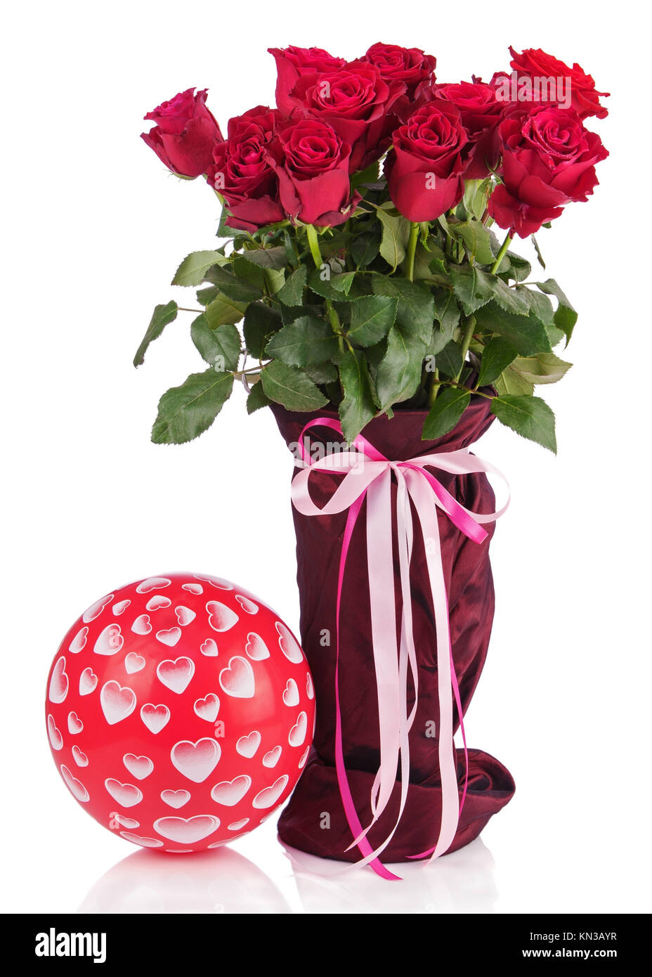 strau aus roten rosen in vase und ballon isoliert auf wei em hintergrund closeup stockfoto. Black Bedroom Furniture Sets. Home Design Ideas