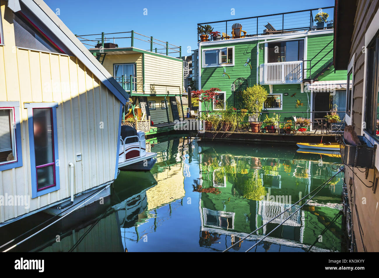 floating home village green brown hausboote fisherman 39 s wharf reflexion inner harbour victoria. Black Bedroom Furniture Sets. Home Design Ideas
