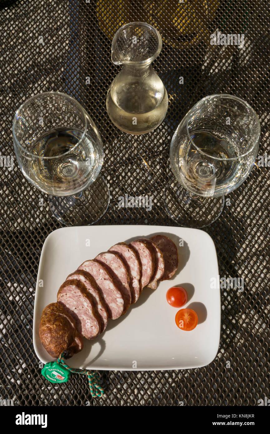 Saucisons und whiite Wein aus Epesses, Lavaux, den Genfer See, die Schweizer Alpen, Schweiz Stockbild