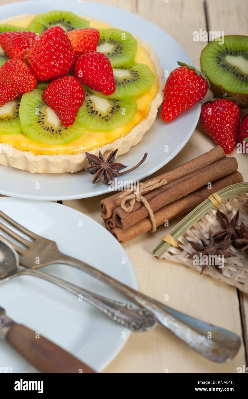 kiwi und erdbeertorte tarte mit zitrone pudding sahne und gew rzen stockfoto bild 168020737. Black Bedroom Furniture Sets. Home Design Ideas