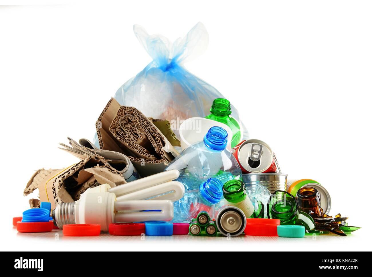 recyclingf higen m ll aus glas kunststoff metall und papier isoliert auf weiss stockfoto bild. Black Bedroom Furniture Sets. Home Design Ideas