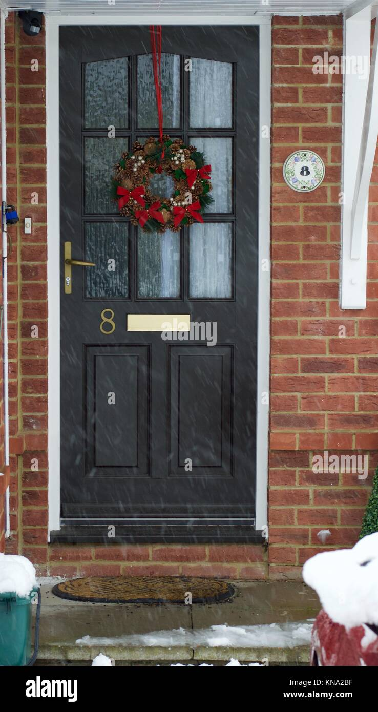 vordere t r an weihnachten mit stechpalmen kranz hemel hempstead gro britannien stockfoto. Black Bedroom Furniture Sets. Home Design Ideas