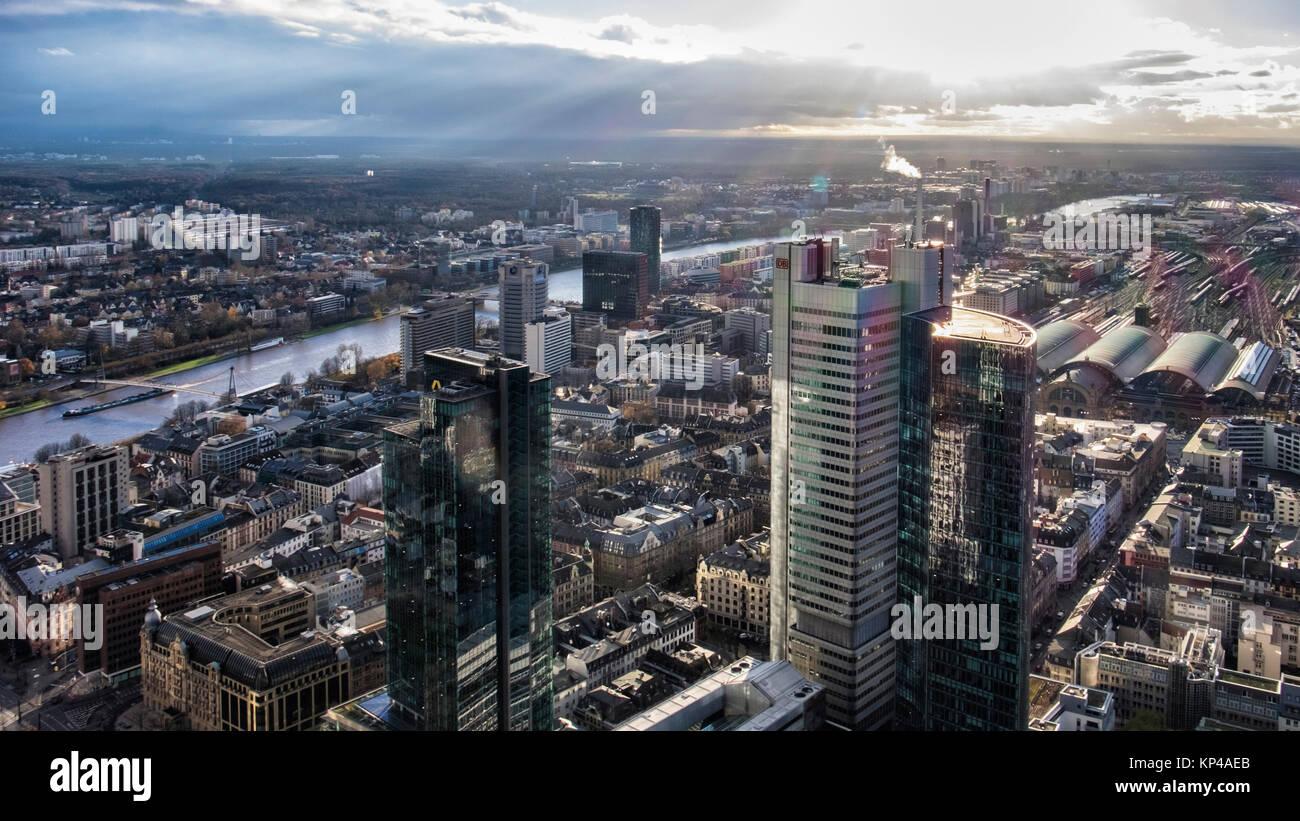 Frankfurt, Deutschland. Luftaufnahme vom Main Tower der Helaba. Deutsche Bahn Hochhaus, Hauptbahnhof und Fluss Stockbild