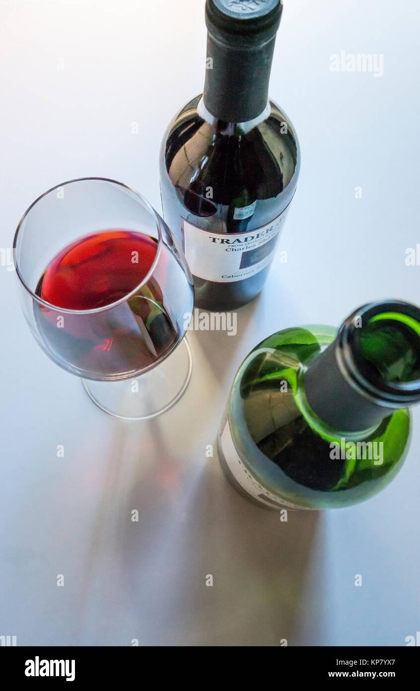 Tow Flaschen Cabernet Sauvignon Rotwein und eine Gießen in einem stammte aus Glas Stockbild