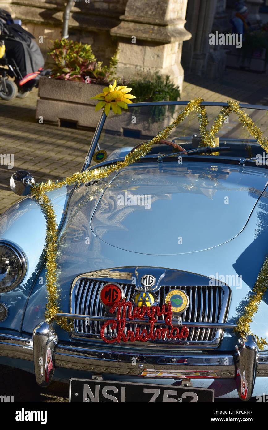Ein vintage MG Sportwagen an einem Auto Rally während der Weihnachtszeit mit lametta Für die festliche Stockbild