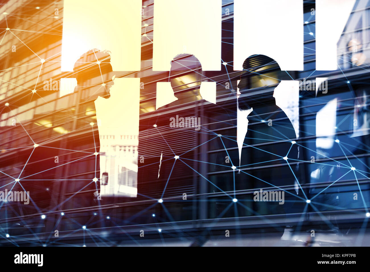 Unternehmer, die im Büro arbeiten, mit Netzwerkverbindung Wirkung. Konzept der Teamarbeit und Partnerschaft. Stockbild