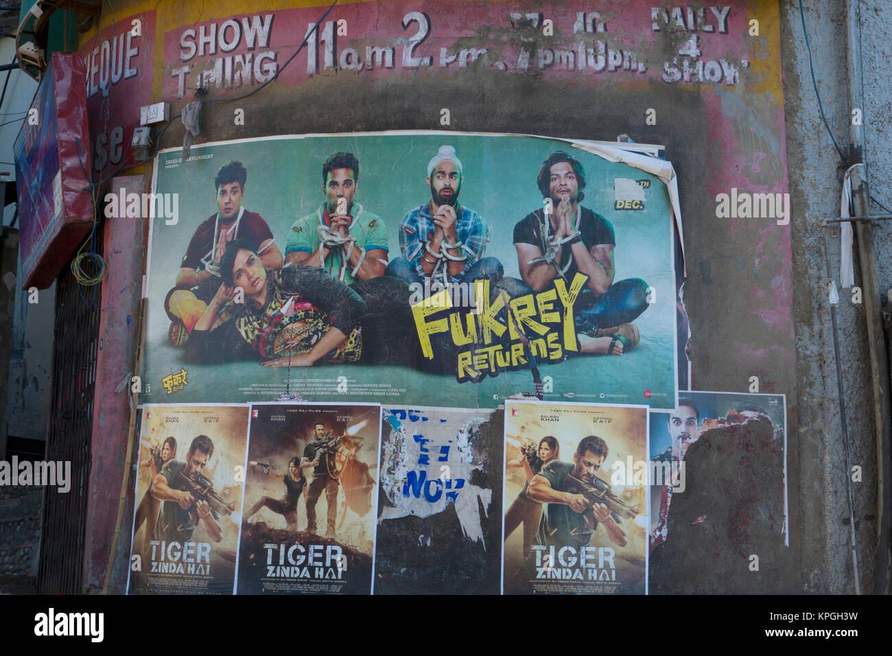Rustikale Kino mit Bollywood Film Poster zeigt aktuelle Filme in Shimla, Indien Stockbild
