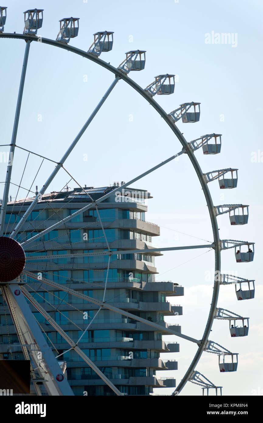 Hamburg, eine der schönsten und beliebtesten Reiseziele der Welt. Riesenrad vor der Marco Polo Tower in der Stockbild