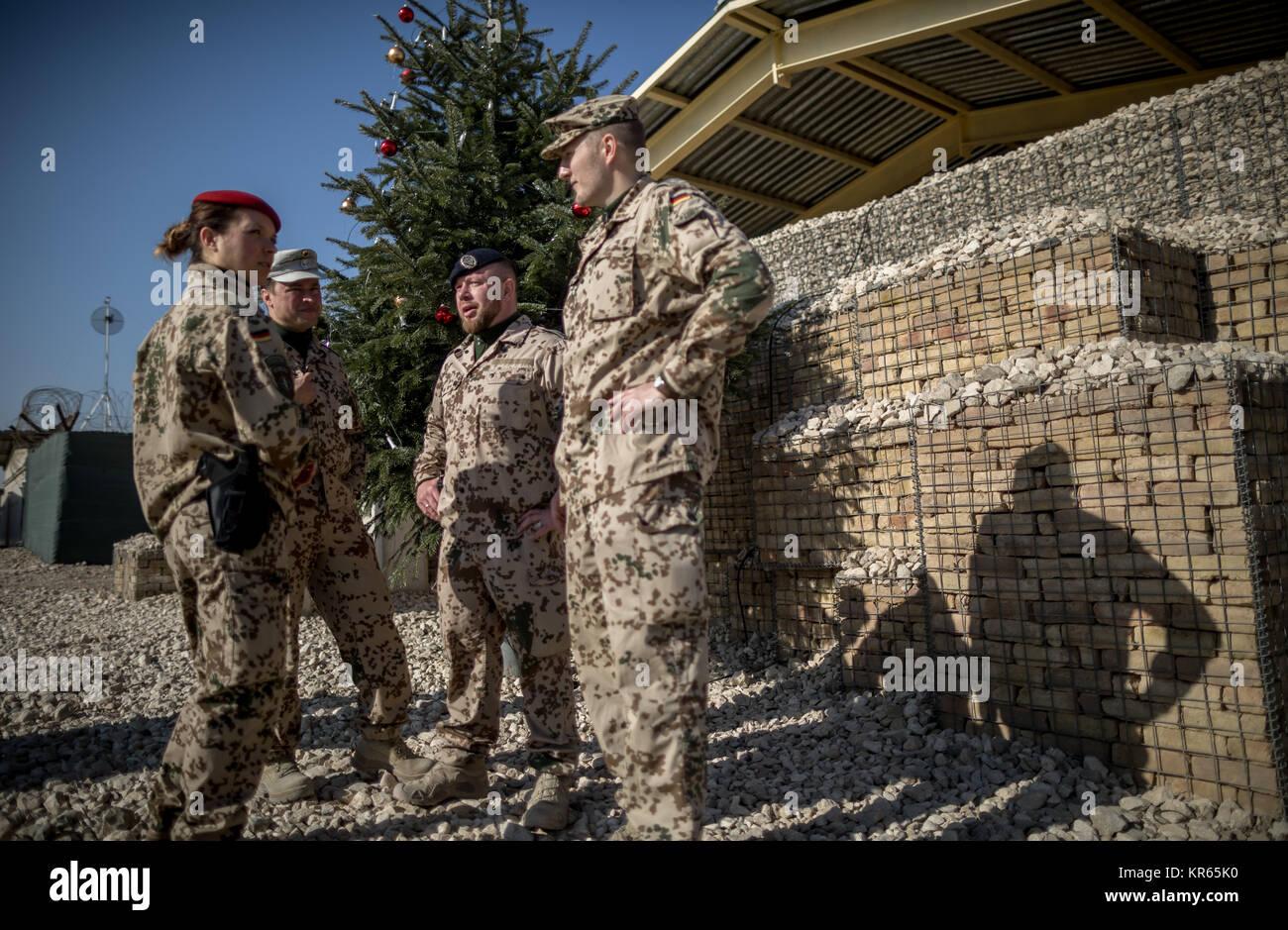soldaten der bundeswehr stehen im feldlager marmal bei. Black Bedroom Furniture Sets. Home Design Ideas