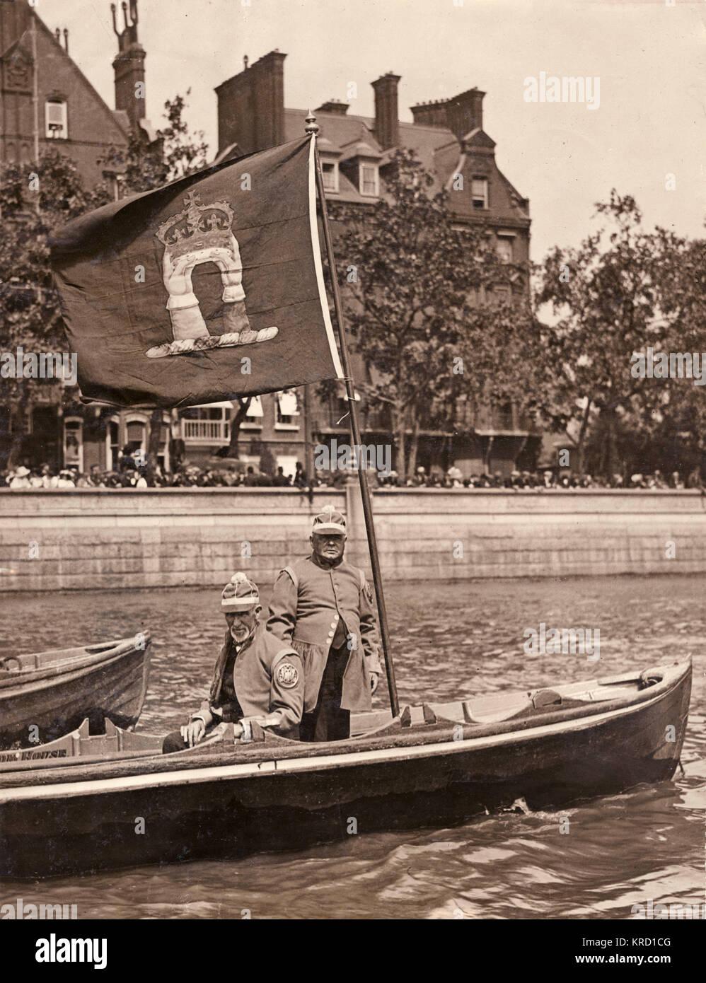 Wassersportler auf Aufgabe am Ende der Doggett Wappen und Abzeichen Rennen auf der Themse. Sie tragen die Bemalung Stockbild