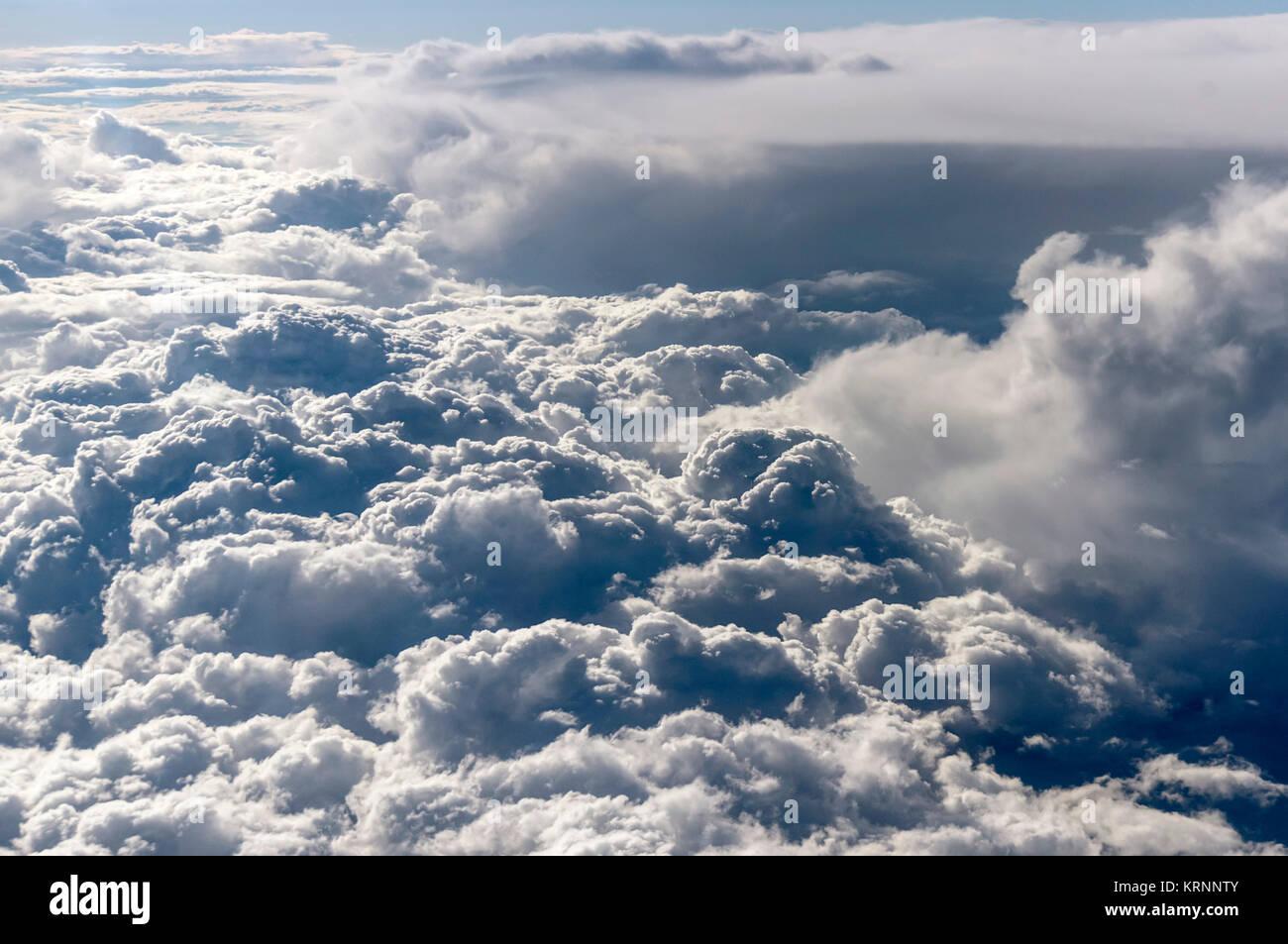 Luftaufnahme von einer großen Bank von flauschigen weissen Wolken Wolken Stockbild