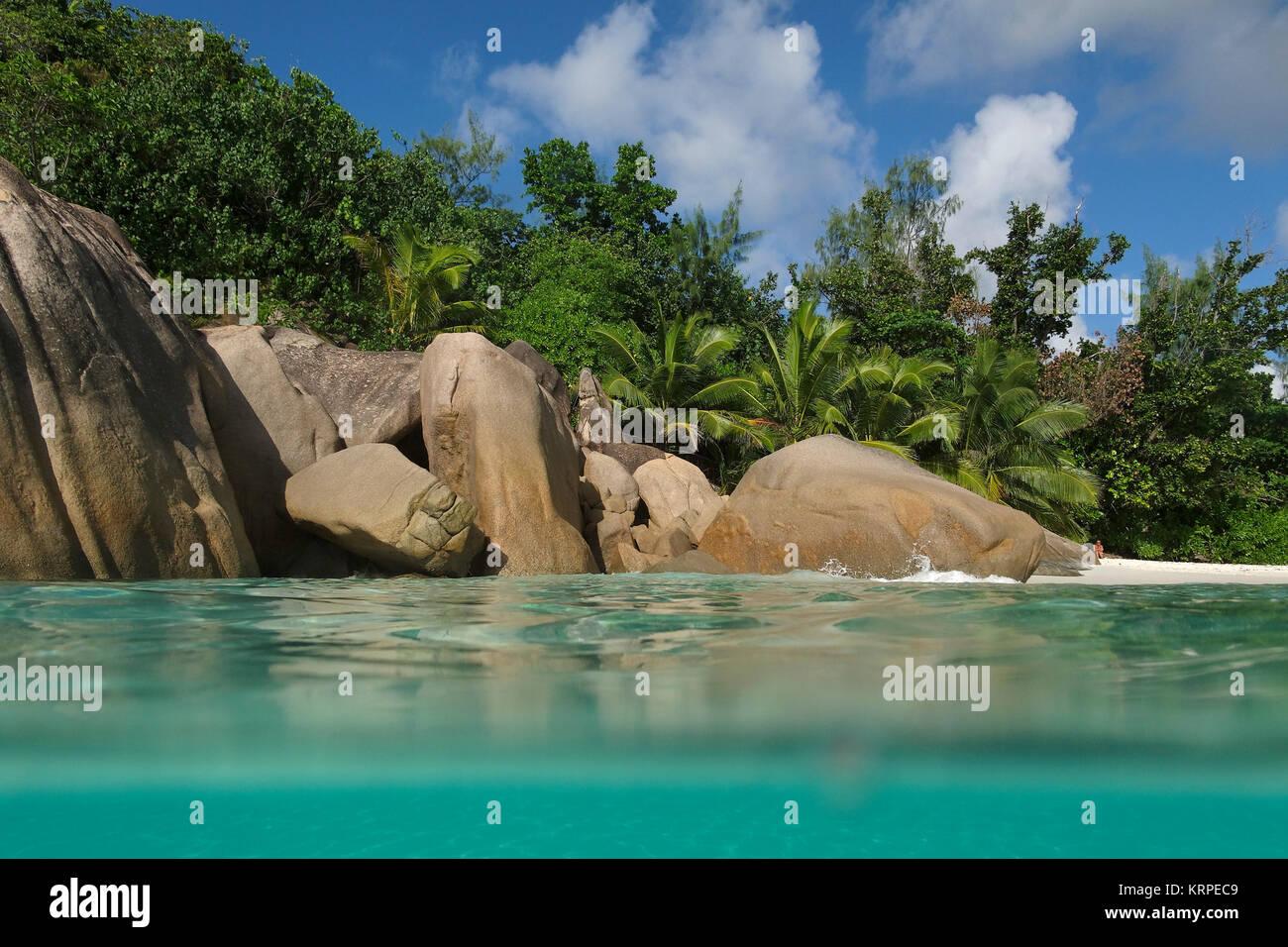 Granitfelsen am Ufer bei Anse Lazio, Baie Sainte Anne Bezirk, Insel Praslin, Seychellen, Indischer Ozean, Afrika Stockbild