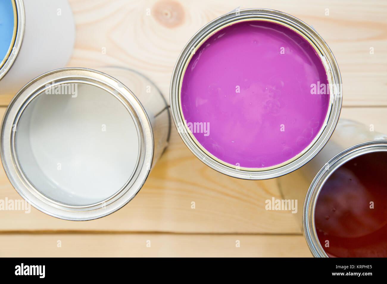 Malerei Neue Wohnung. Blechdosen Von Pink, Weiß Und Braun, Ölfarbe Auf Ein  Leichtes Weißes Holz  Hintergrund. Close Up. Ansicht Von Oben. Platz Für  Ihre Te