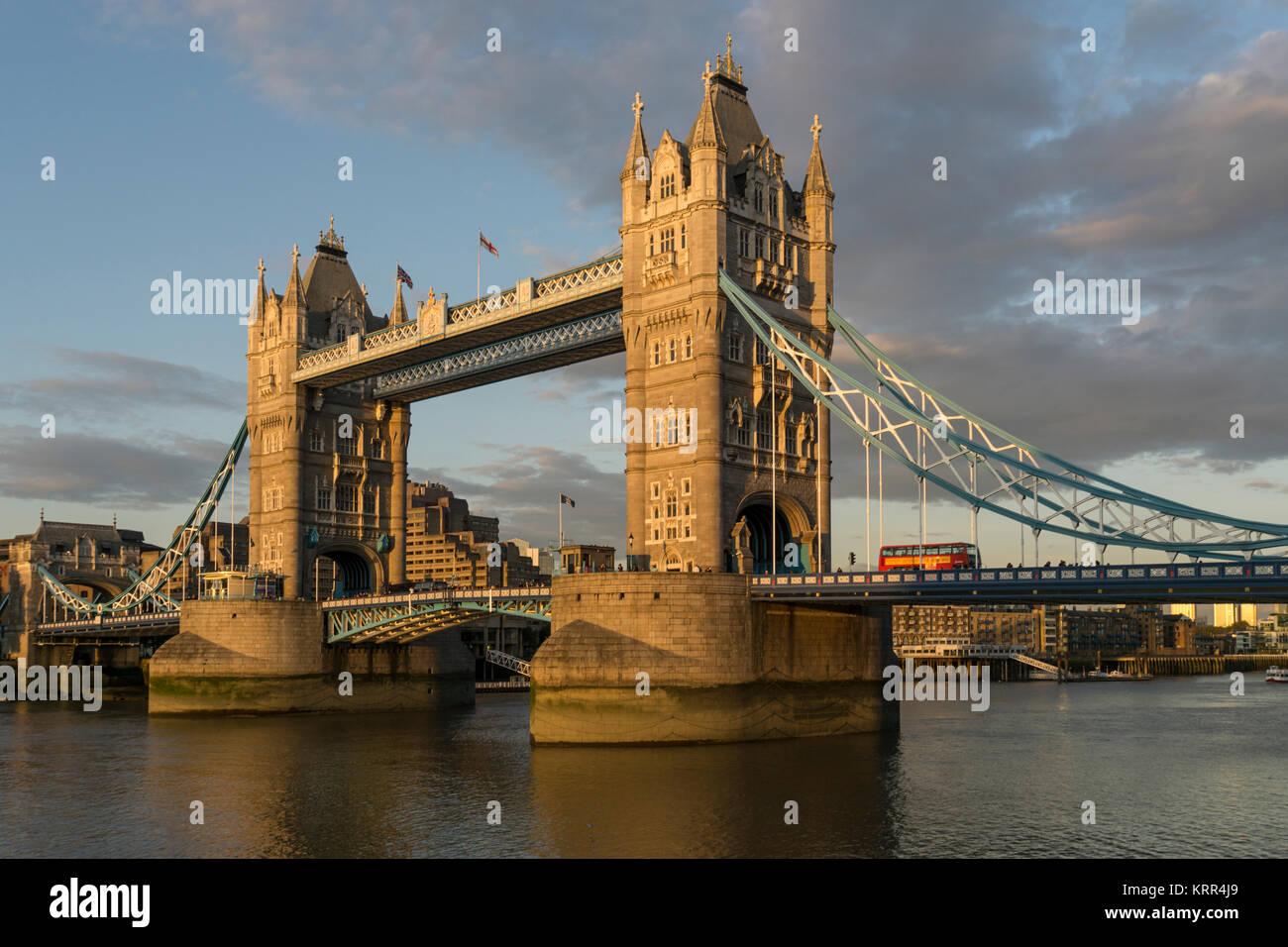 Tower Bridge bei Sonnenuntergang, Themse, London, UK Stockbild
