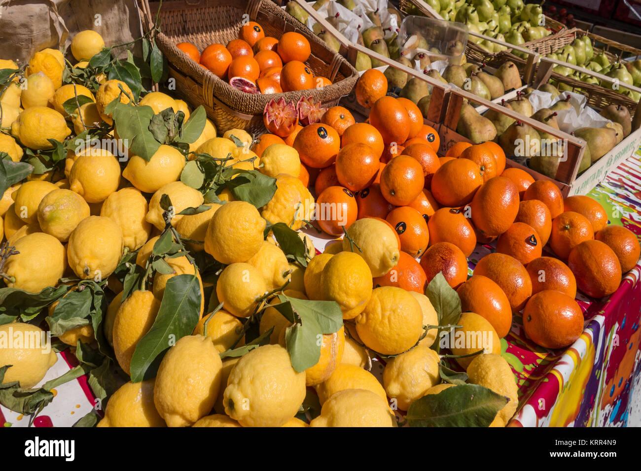 Citrone und Orange am Marktstand, Nizza, Alpes Maritimes, Provence, Côte d'Azur, Mittelmeer, Frankreich, Stockbild