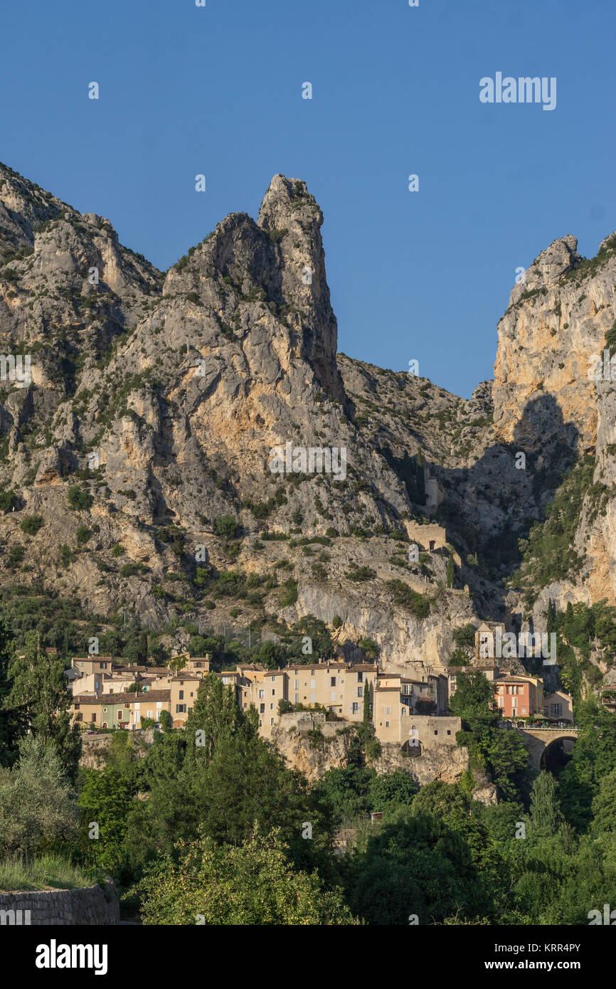 Frankreich, Alpes-de-Haute-Provence, Moustiers-Sainte-Marie, einem der schönsten Dörfer von Frankreich Stockbild