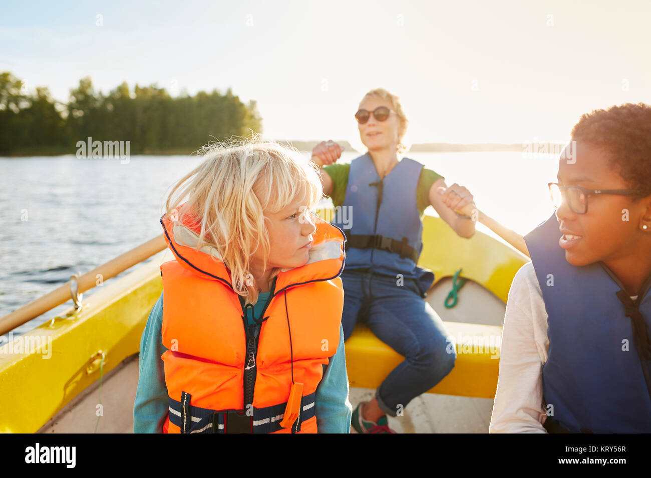 Frau und Kinder in einem Ruderboot Stockbild