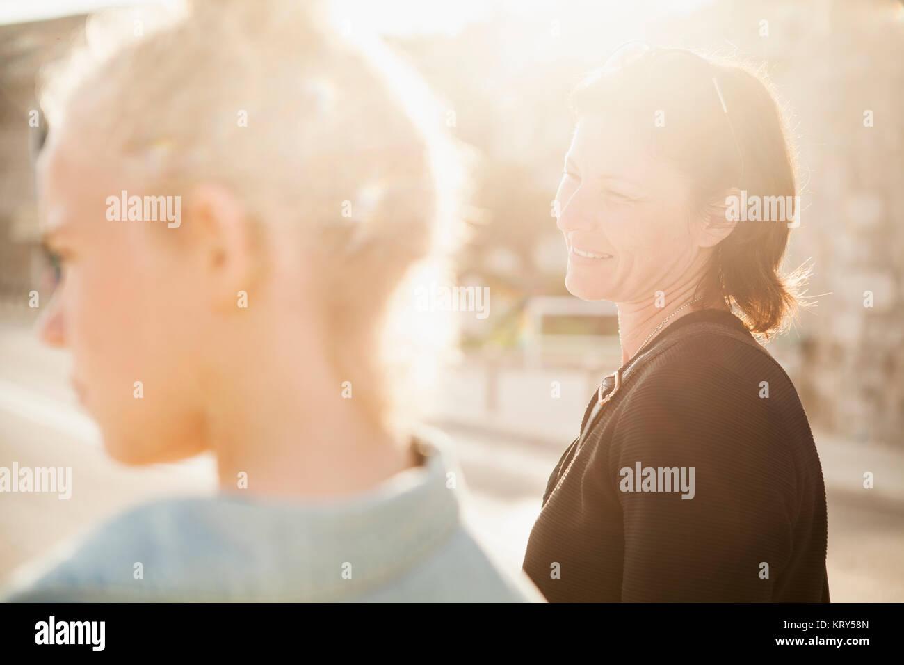 Eine lächelnde Mutter und ihrer Tochter Stockbild