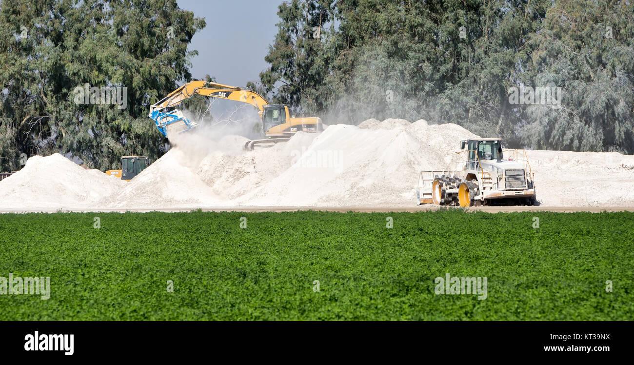Caterpillar 320C schwingende Ausleger, die Verwertung gebrauchter Gipskartonplatten (durch Spaltung und Trennung Stockbild