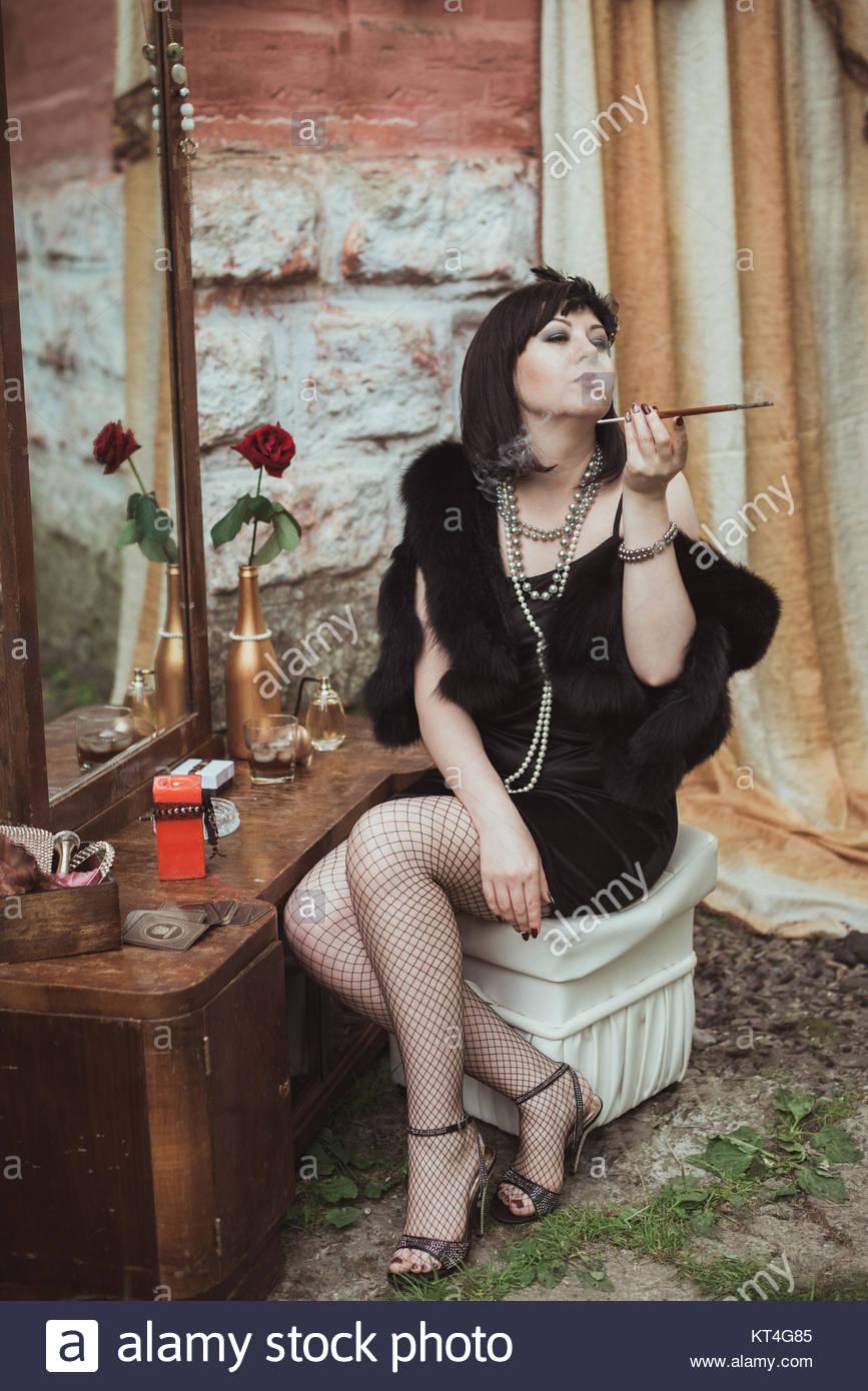retro m dchen sitzen auf einem schminktisch stockfoto. Black Bedroom Furniture Sets. Home Design Ideas