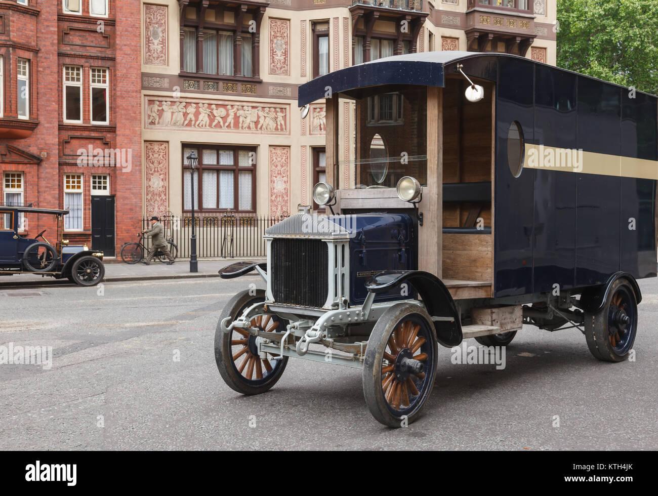 LONDON, UK, 17. JUNI 2013: retro Film Szene mit Oldtimer Autos auf einer Straße Stockbild