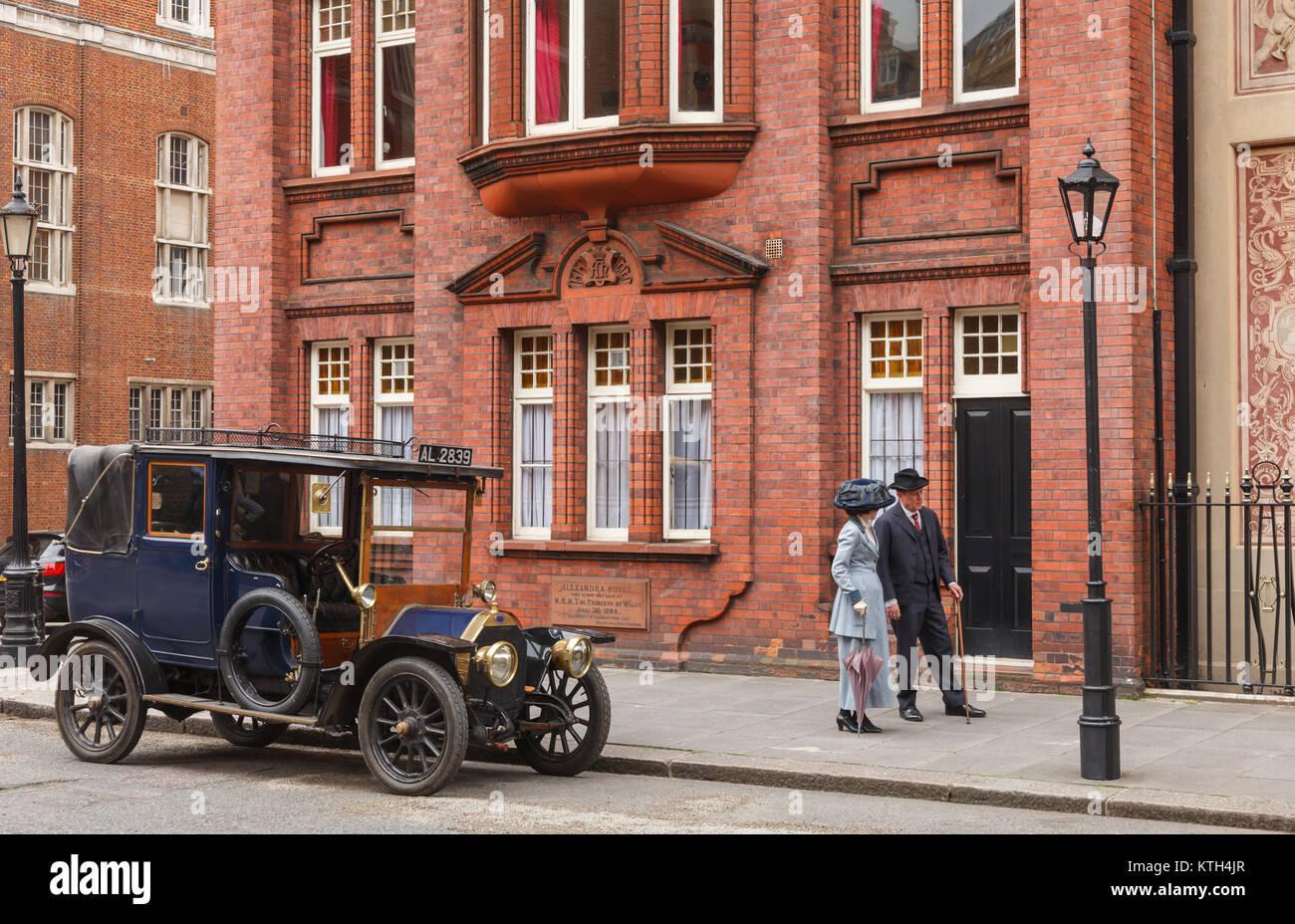 LONDON, UK, 17. JUNI 2013: retro Film Szene mit Oldtimer Auto und Paar auf einer Straße Stockbild
