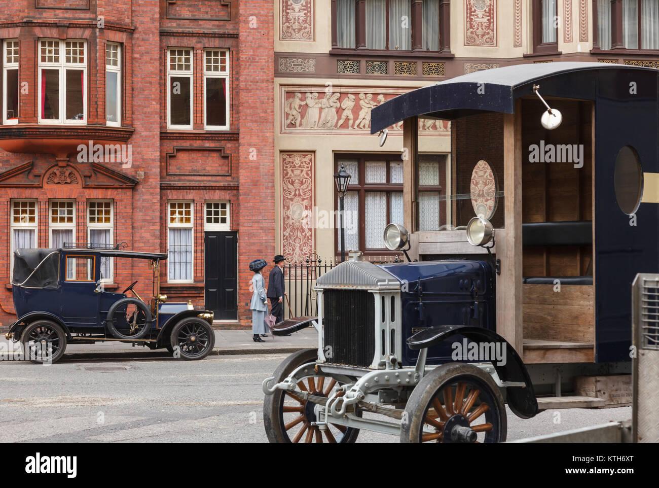 LONDON, UK, 17. JUNI 2013: retro Film Szene mit Oldtimer Autos und Paar auf einer Straße Stockbild