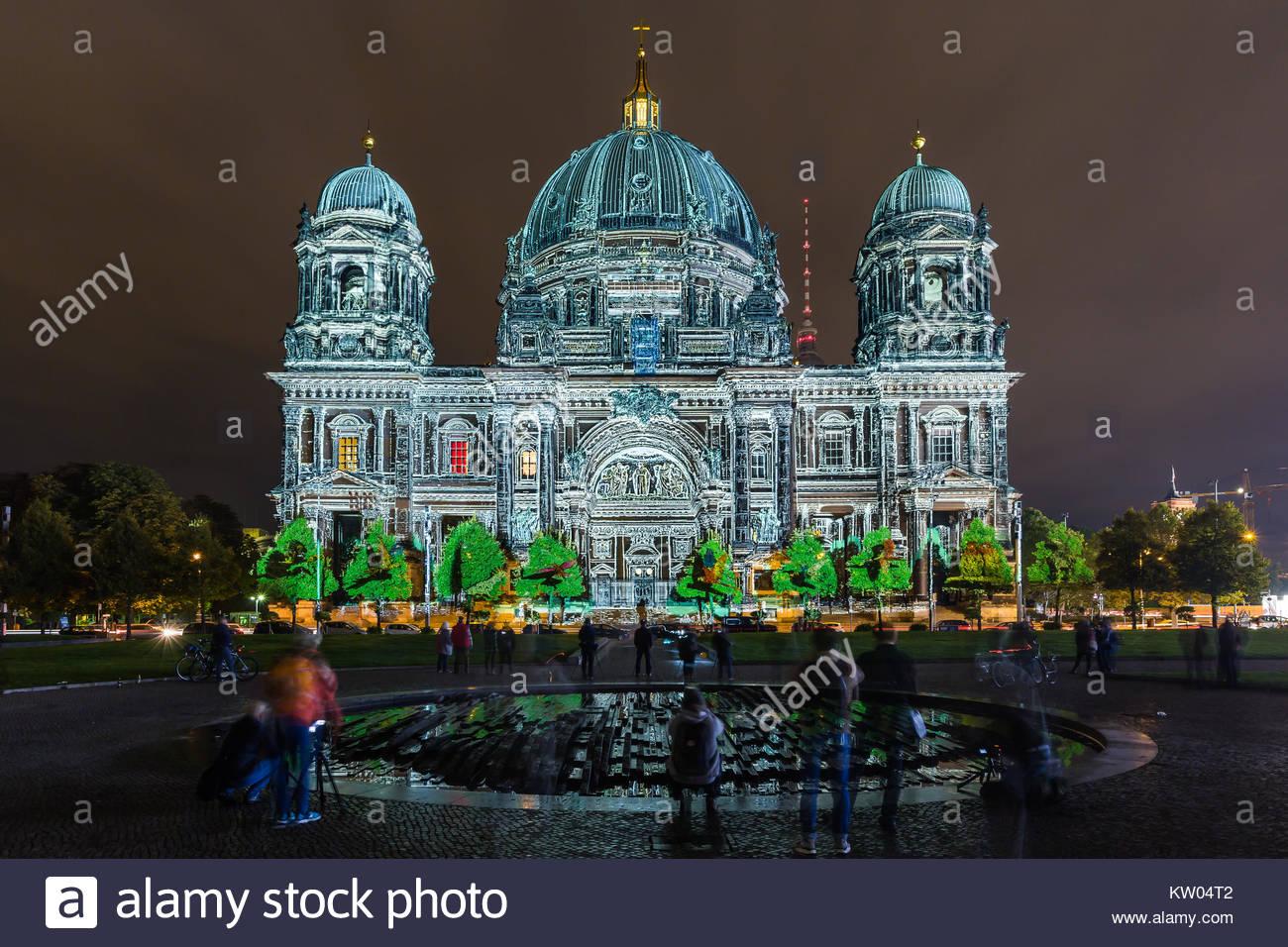 Berlin, der Berliner Dom bzw. Oberpfarr- und Domkirche zu Berlin beim Festival of Lights 2016 illuminiert in Farbenpraechtigen Stockbild