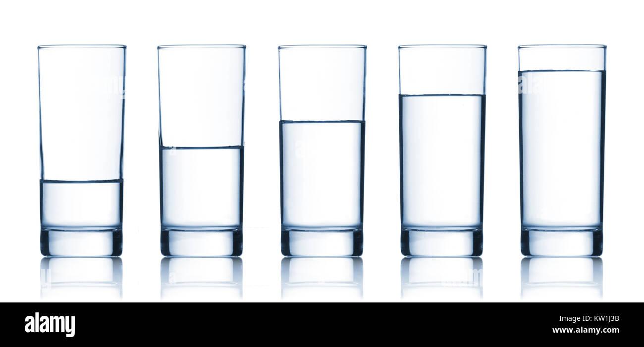 Satz Gläser mit Wasser gefüllt Stockbild