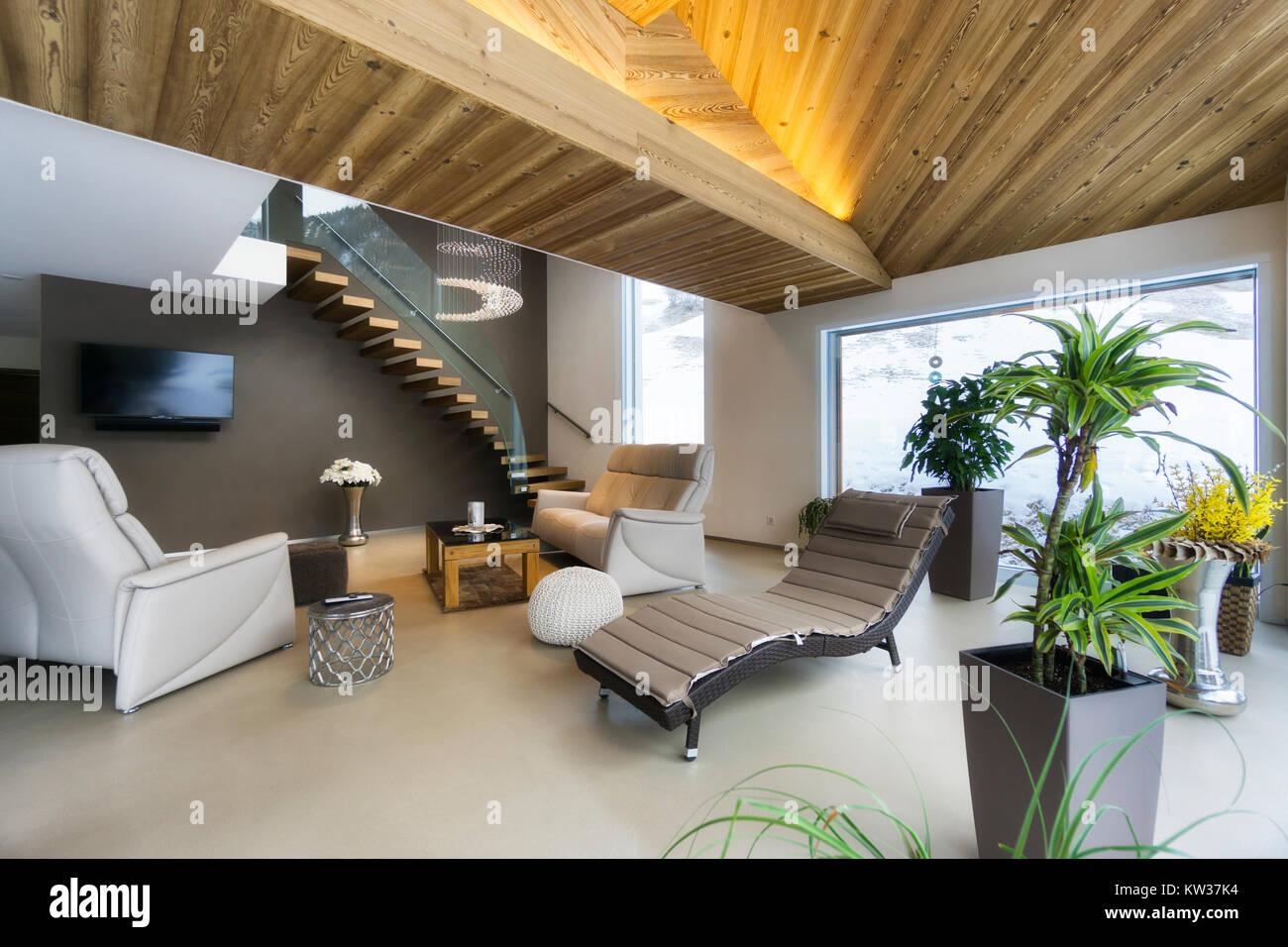 Wohnzimmer von Luxus haus mit Bergblick in modernem Design Stockfoto ...