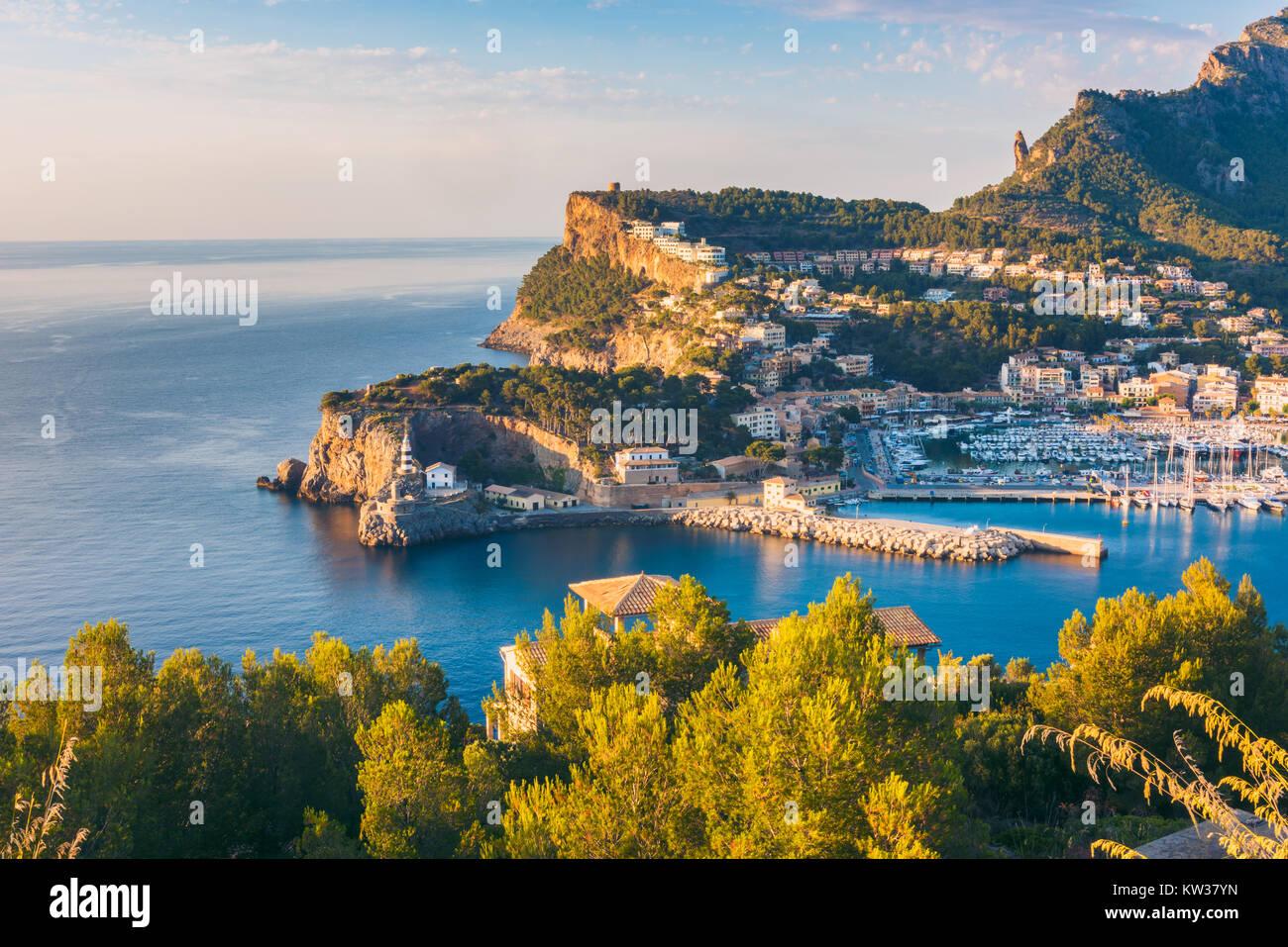 Hohen Winkel Blick auf Port de Sóller, Mallorca, Balearen, Spanien bei Sonnenuntergang Stockbild